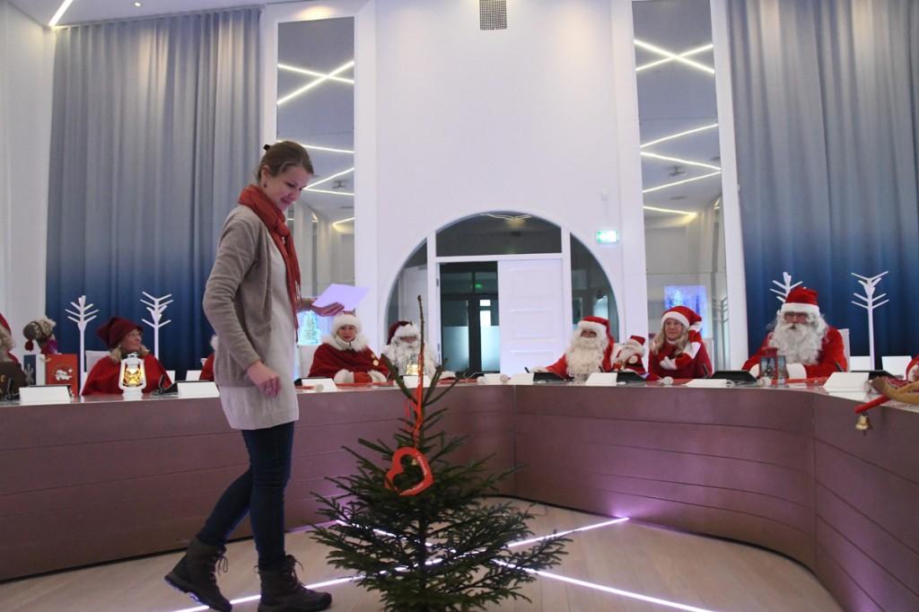Krõõt Nõmmela-Mehide asetab Eestimaa Jõuluvanade ühenduse poolt kingitud kuusekese valitud kohale Foto Urmas Saard