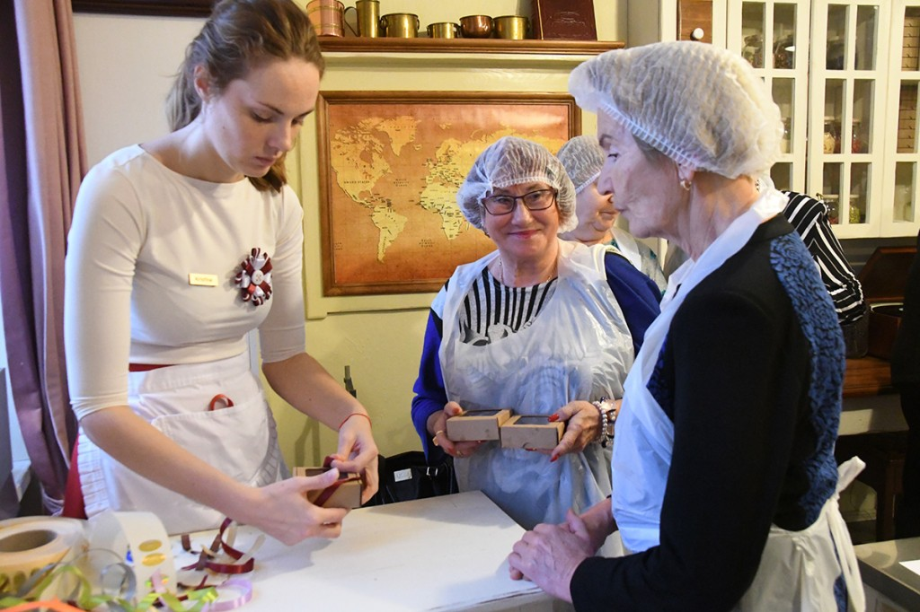 Kristīne, Laima šokolaadimuuseumi giid, pakendab külaliste valmistatud maiustusi. Foto Urmas Saard