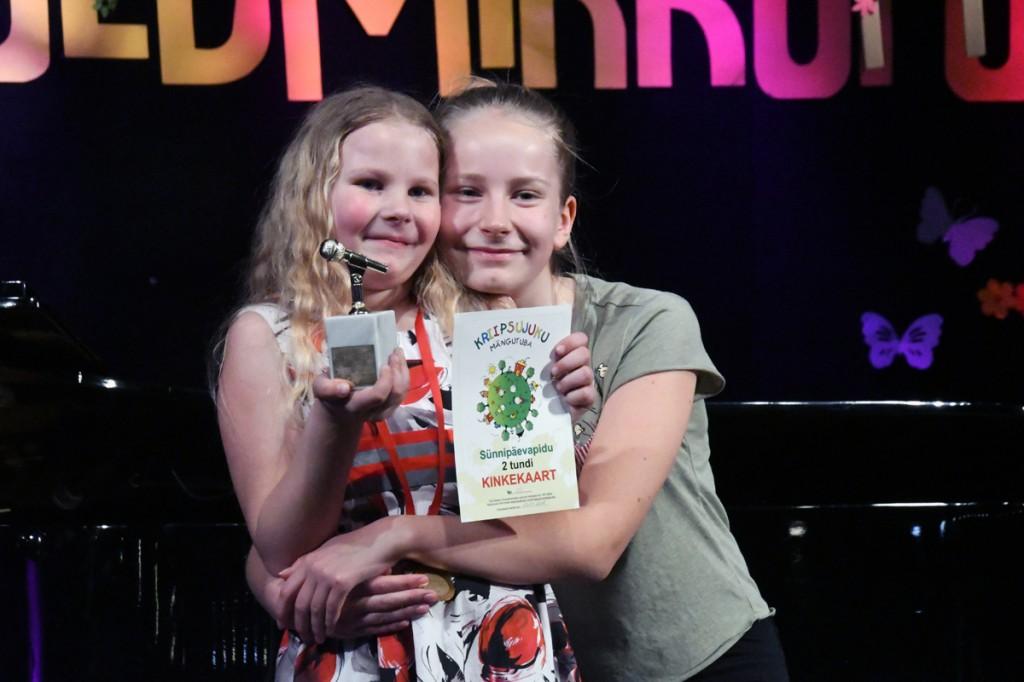 Kuldmikrofon 2017 võitja Mirtel Katrina Kits ja sama grand prix esimene omanik Elise Pani, seitse aastat tagasi Foto Urmas Saard