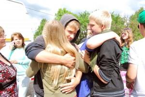Laagris olnud noored jätavad omavahel hüvasti Foto Urmas Saard
