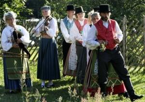 Viivi Voorand, Kadri Voorand ja Lahemaa Rahwamuusikud tantsuks mängimas. Foto: ansambli arhiiv.