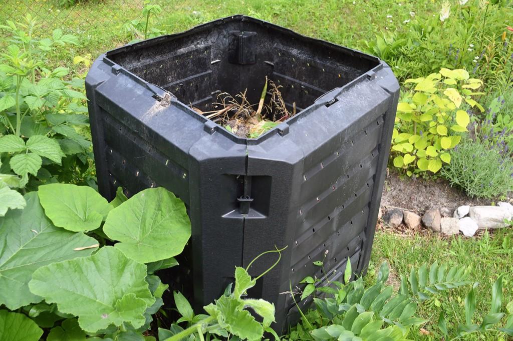 Lahtivõetavate külgedega komposteerimise kast (mõõtmed 71X71X80 cm) Sindis Raudtee tänava koduaias Foto Urmas Saard