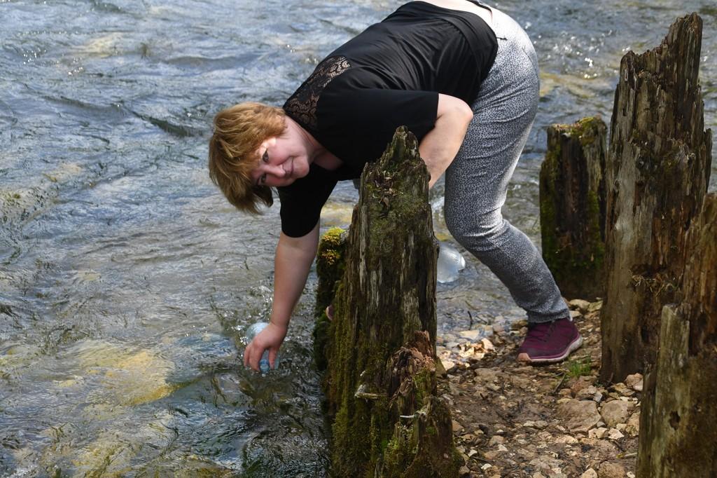Larisa Mullagalieva ammutab Uuralites Punase allika vett. Foto Urmas Saard