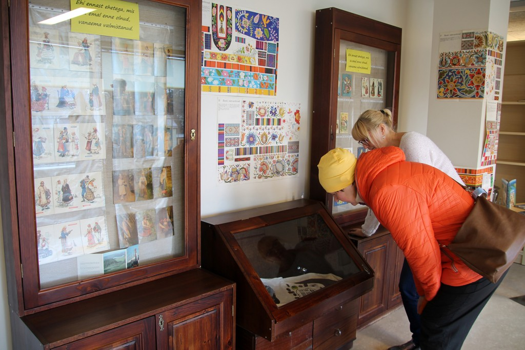 Laulupidude teemaline näitus Mustvee raamatukogus. Foto Anu Ots