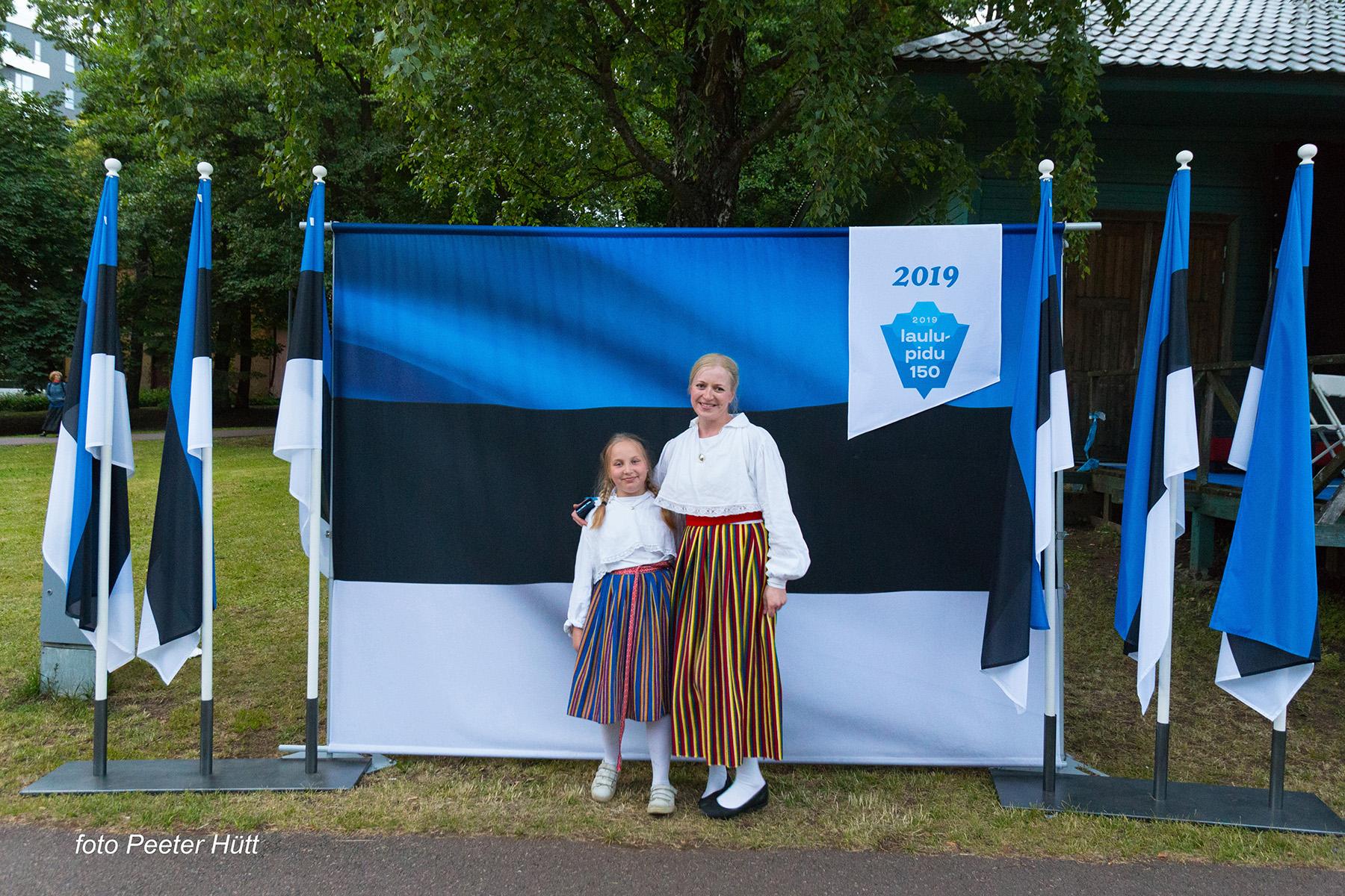 Lauluväljakule saabujad võisid ennast lipu seltsi stendi taustal pildistada. Foto Peeter Hütt