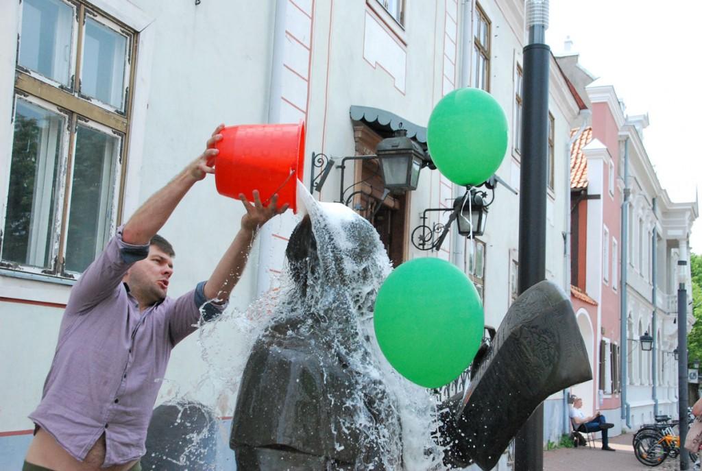 Lauri Habakuk, Pärnu Postimehe reporter, lõpetab papa Jannseni monumendi pesemise Foto Urmas Saard