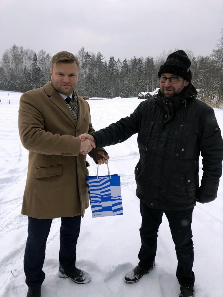 Lauri Laats,Mustamäe linnaosa vanem annab talvepealinna tiitli üle Kaido Tambergile,Otepää vallavanemale. Foto Raepress