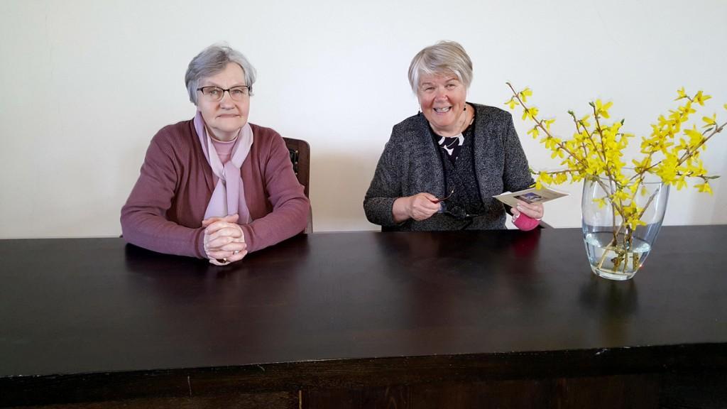 Liina Maaste ja Hannele Viljakaineniga Pärnu linnavolikogu saalis Foto Marko Šorin