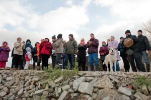 Lilleoru kogukonna liikmed vaatamas pealt uue keskuse nurgakivi panekut.