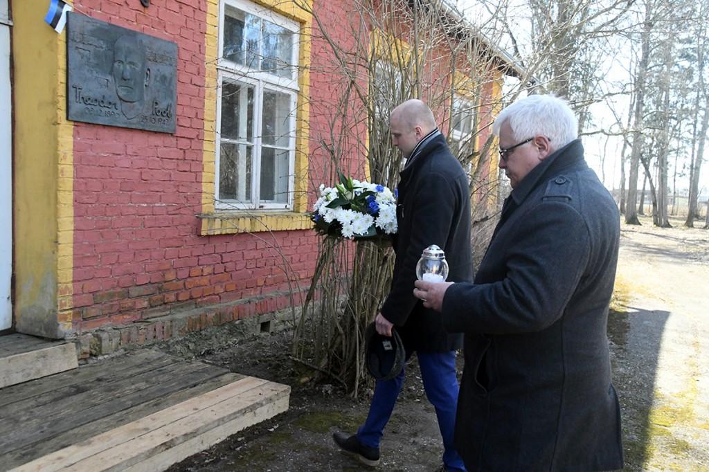 Lillepärg ja küünal Tori vallalt Theodor Pooli mälestuseks. Foto Urmas Saard