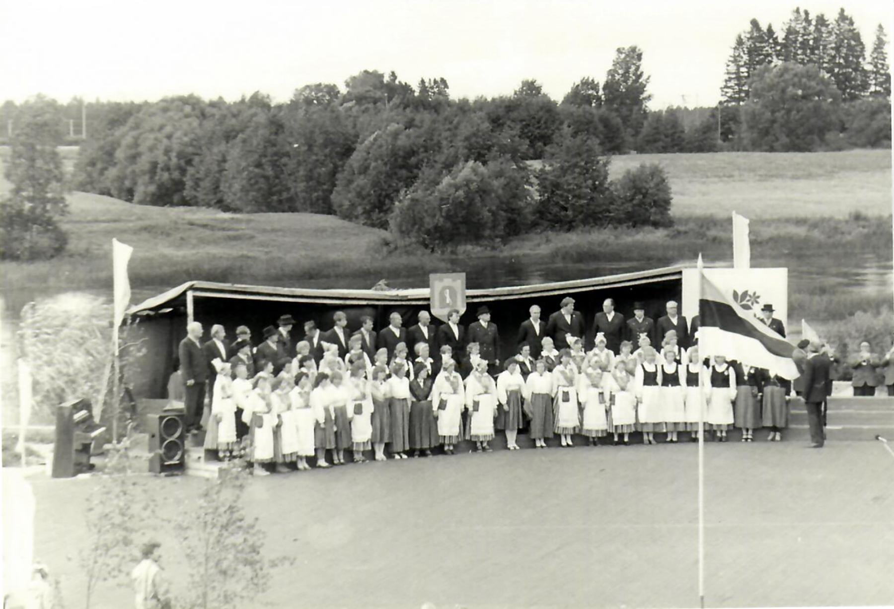 Linna viiekümnenda juubeliaegne Sindi laululava. Foto Sindi muuseumi arhiivist