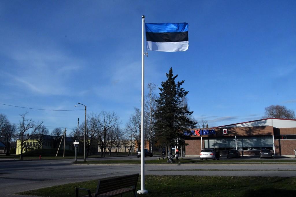 Lipp Sindi raamatukogu juures. Foto: Urmas Saard