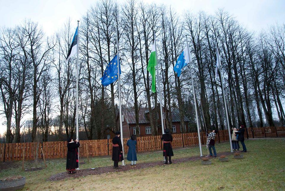 Lippude heiskamine Sadala lipuväljakul. Foto Johannes Haav