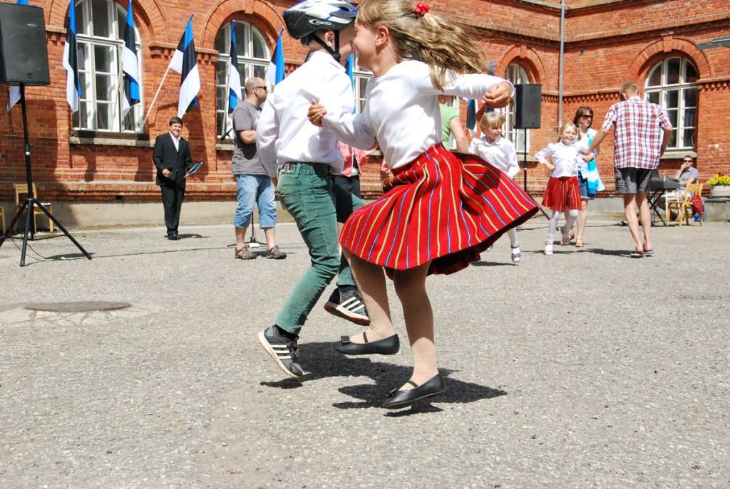 Lipu päeva pidu Sindi gümnaasiumi õuel Foto Urmas Saard