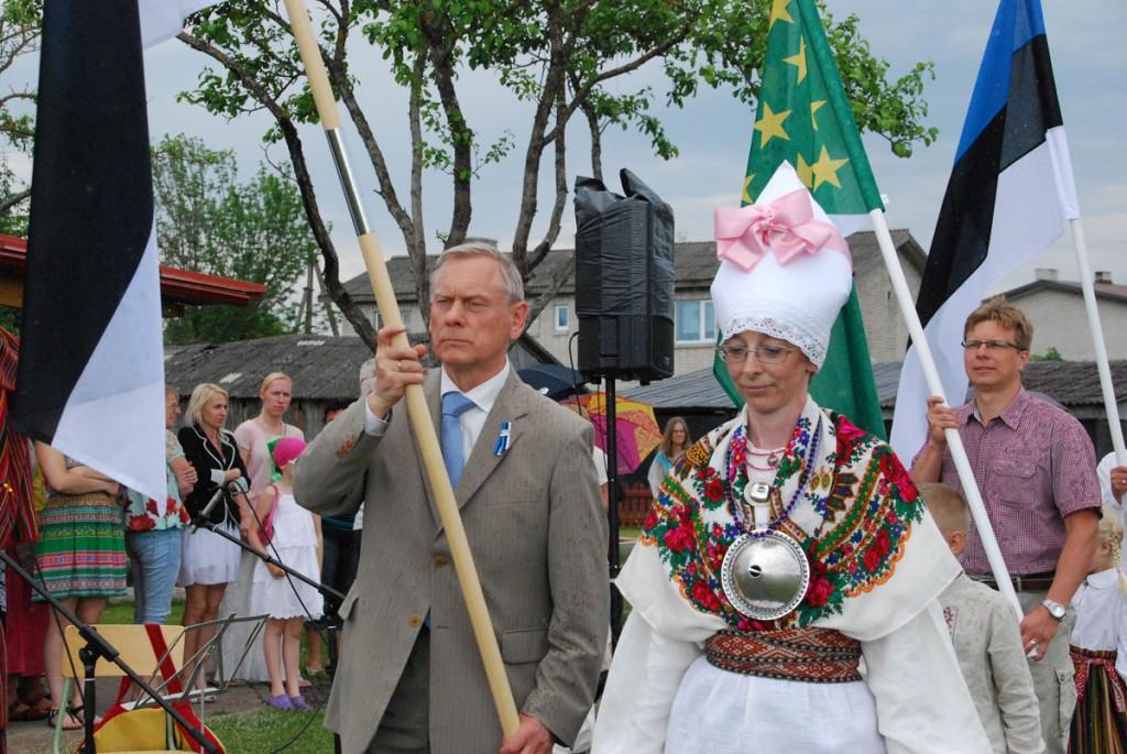 Lipu päeva tähistav Jänesselja lasteia rongkäik aastal 2013, pildi keskel Jänesselja lasteaia direktor Aina Alunurm Foto Urmas Saard