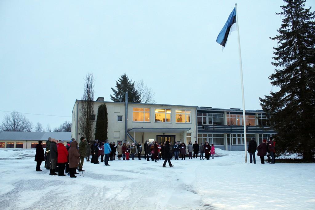 Lipuheiskamine Eesti Taimekasvatuse Instituudi hoone ees. Foto Sirje Kalev