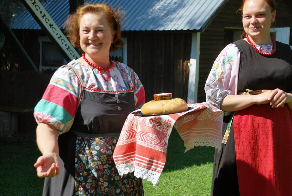 Ljubov Petrova ja Veronika Meibaum võtavad vastu vene kombe kohaselt soola ja leivaga Foto Urmas Saard