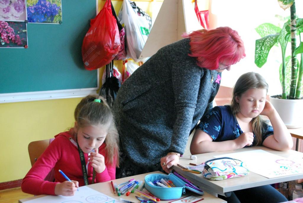 Loomevõistluses osalevad Sindi gümnaasiumi 2a õpilased, juhendaja õpetaja Eneli Arusaar Foto Urmas Saard