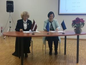 Koostööleppele kirjutasid alla Luua Metsanduskooli direktor Haana Zuba-Reinsalu (pildil paremal) ja Ogre tehnikumi direktor Ilze Brante. Foto: Luua Metsanduskool