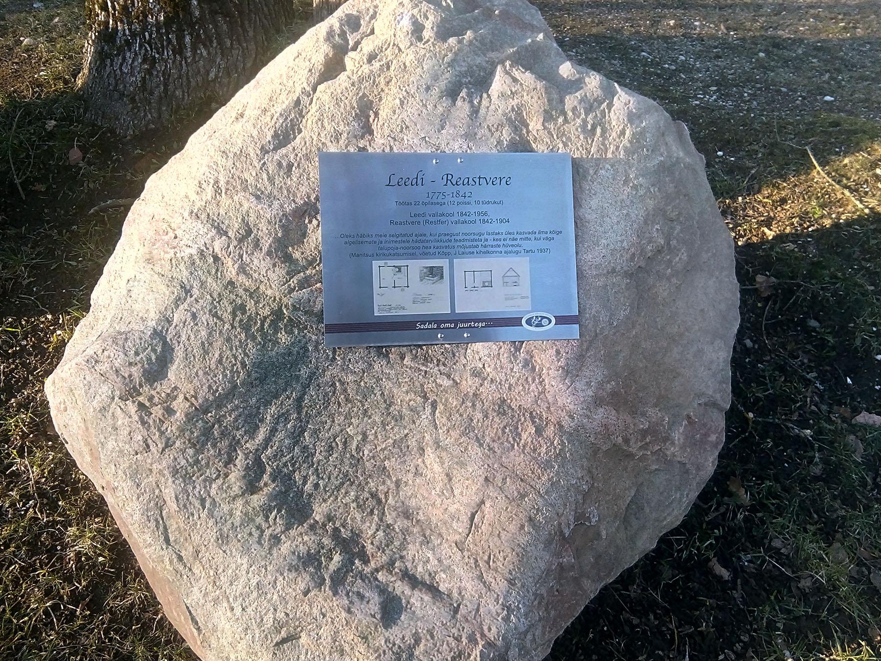 Mälestuskivi Sadala rahvamaja õuel kunagistele Leedi ja Reastvere koolidele, kus töötas õpetajana Georg Otsa vaarisa. Foto Jaan Lukas