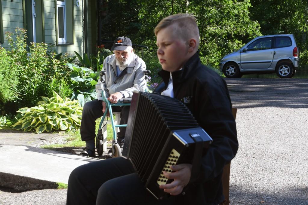 Märt Jaanus Tammann mängib karmoškaga rahvalikke viise Surju hooldekodus Foto Urmas Saard