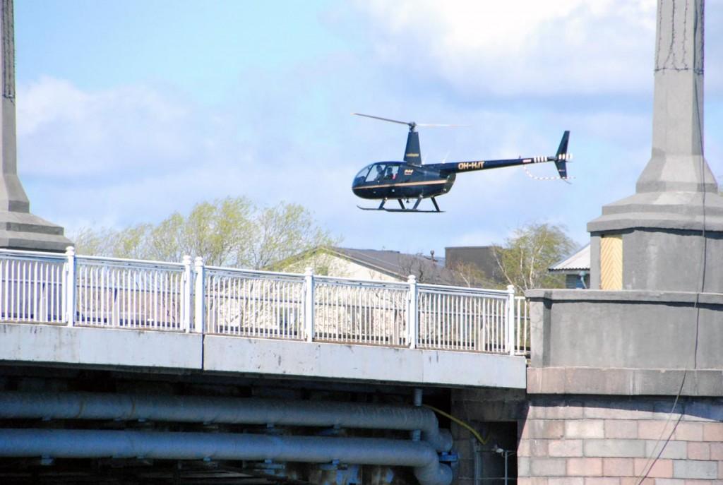 Mõned tunnid hiljem nähtud Yngve Strandberg'ile kuuluva lennumasinaga sarnanevat kopterit juba Pärnu kohal tiirutamas Foto Urmas Saard
