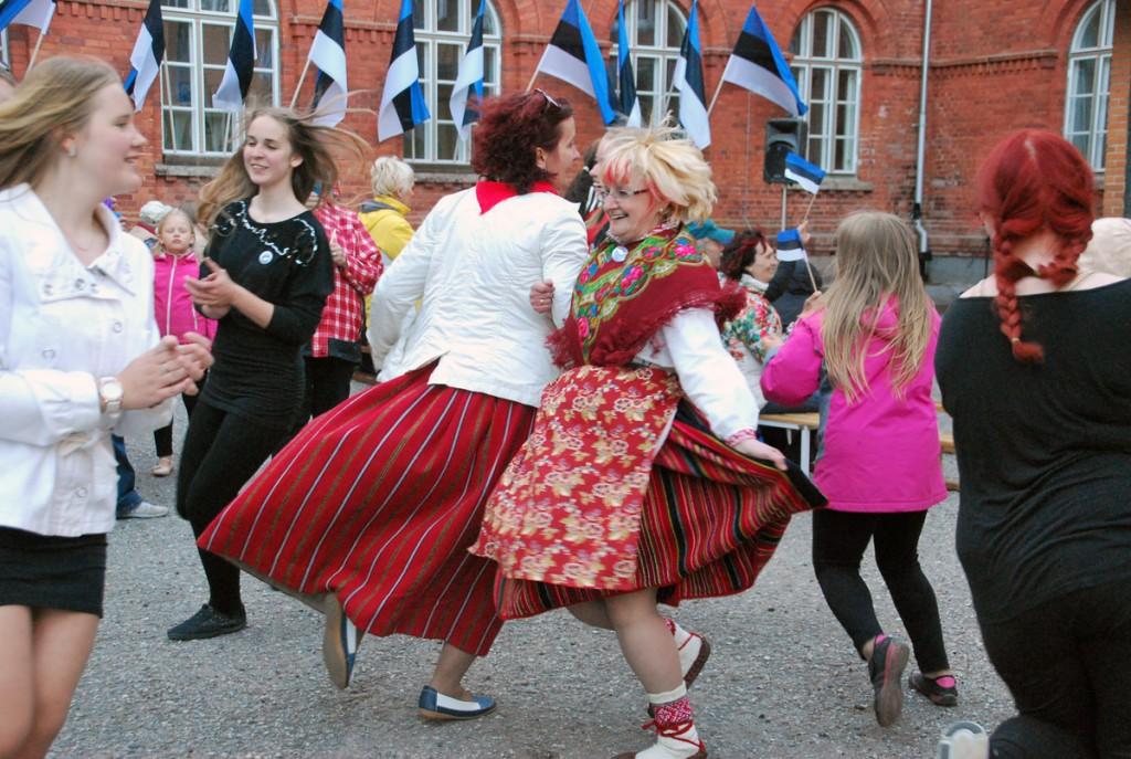 Möödunud aastal ei tahtnud lipu päeva pidustus Sindis lõppeda, keskel tantsivad õpetajad Ülle Jantson ja Eneli Arusaar Foto Urmas Saard