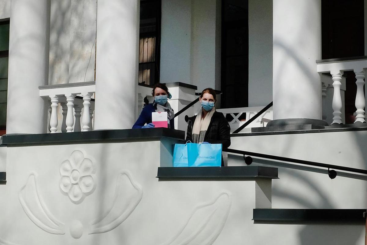 MTÜ Paunküla Hooldekeskus esindajad Lipoelastic kaitsemaske vastu võtmas. Foto Christinas Clinic