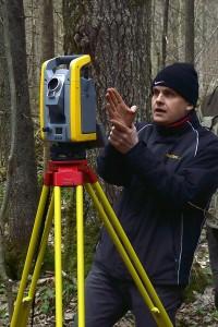 Maaülikooli geomaatika osakonna dotsent Harli Jürgenson täppismõõteriistaga Trimble S6. Foto: Hendrik Relve