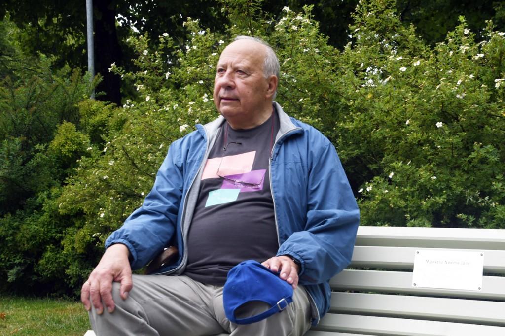 Maestro Neeme Järvi omanimelisel pingil Pärnus, Lastepargis Foto Urmas Saard
