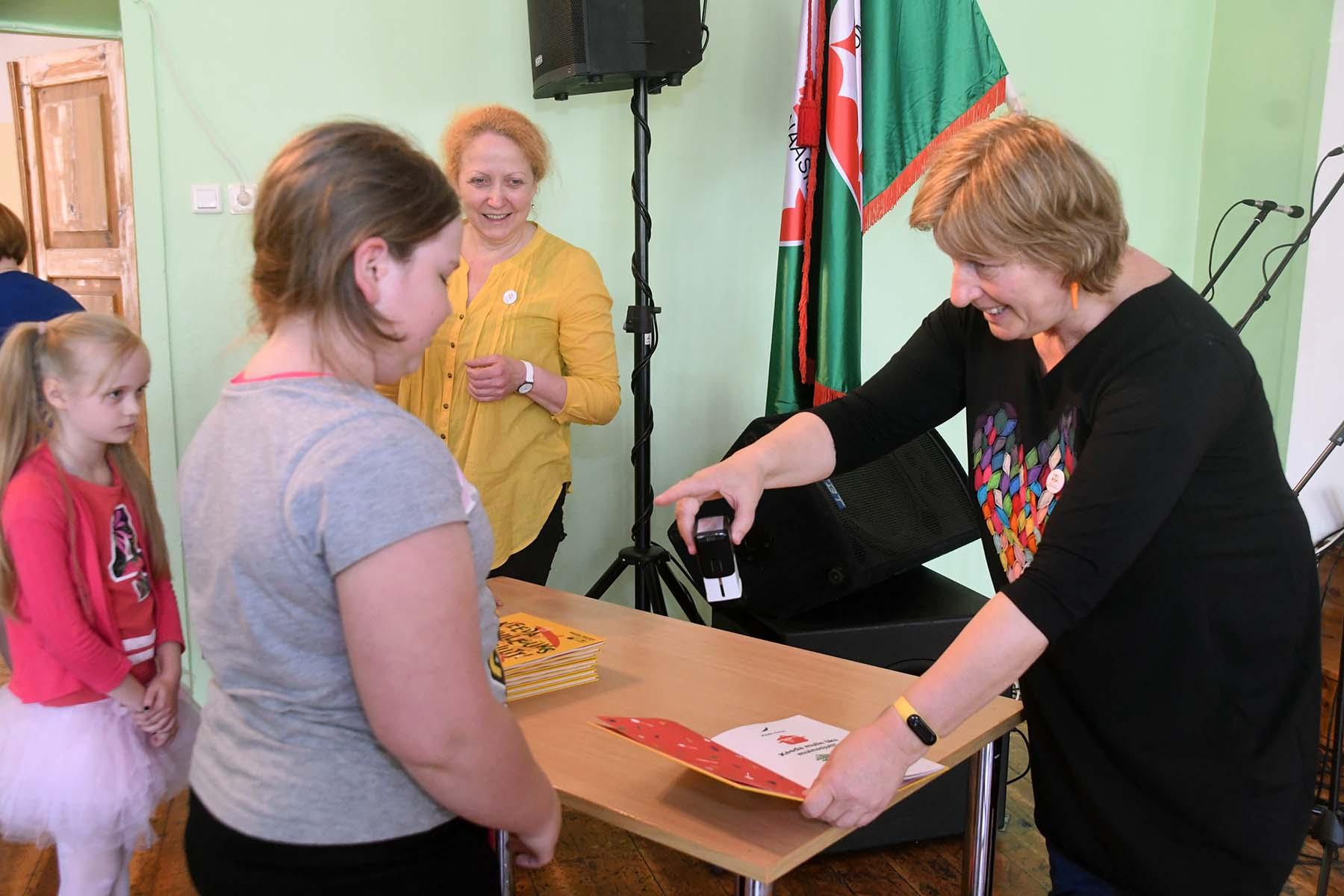 Majda Koren (paremal) ja Katrin Reinmaa kohtumisel Sindi gümnaasiumi õpilastega. Foto Urmas Saard