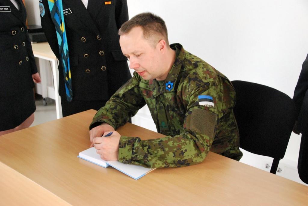 Major Martin Kukk kirjutab autogrammi oma raamatusse Kuus kuud kuumust Estcoy-12 Afganistanis Foto Urmas Saard