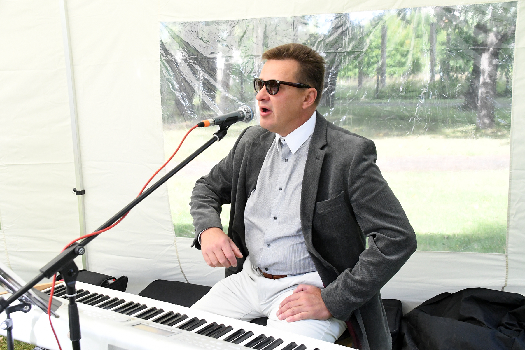 Margus Jürisson Sindis vabaõhukontserti andmas. Foto Urmas Saard