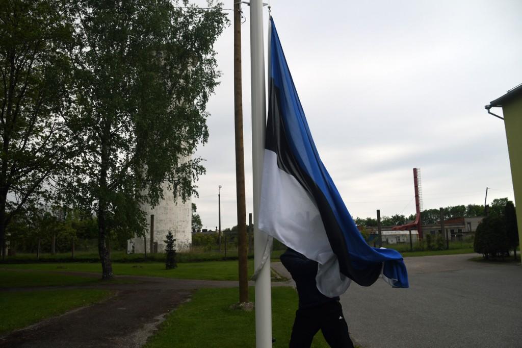 Margus Kask heiskab Eesti lipu päeva hommikul trikoloori Sindi seltsimaja esisel Foto Urmas Saard