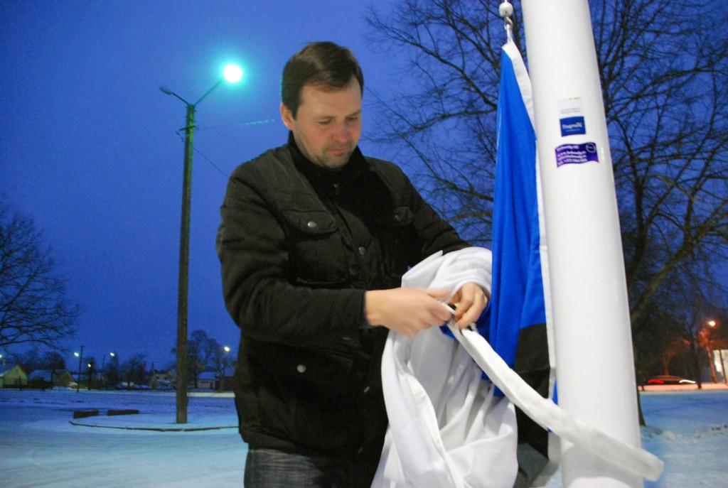 Margus Kask heiskab Tartu rahu 97 aastapäeva hommikul lipu Sindi seltsimaja juures Foto Urmas Saard