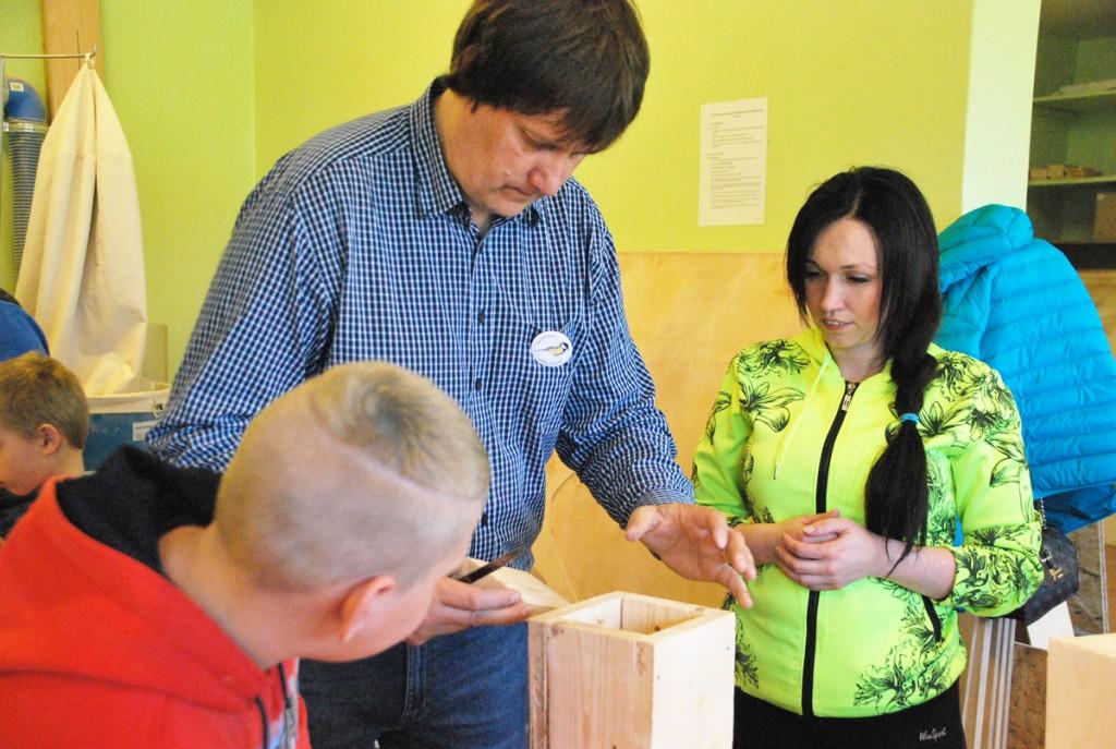 Margus Ots, rasvatihase aasta koordinaator, õpetab Sindi gümnaasiumis lindude pesakastide ehitamist Foto Urmas Saard