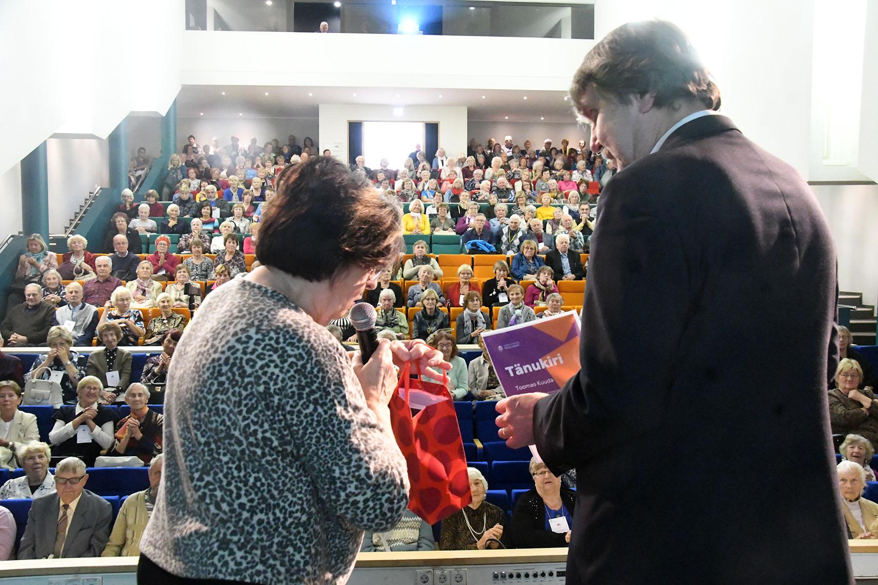 Mari Suurväli, TÜ Pärnu kolledži Väärikate ülikooli projektijuht, tänab Toomas Kuudat sisuka loengu eest. Foto Urmas Saard