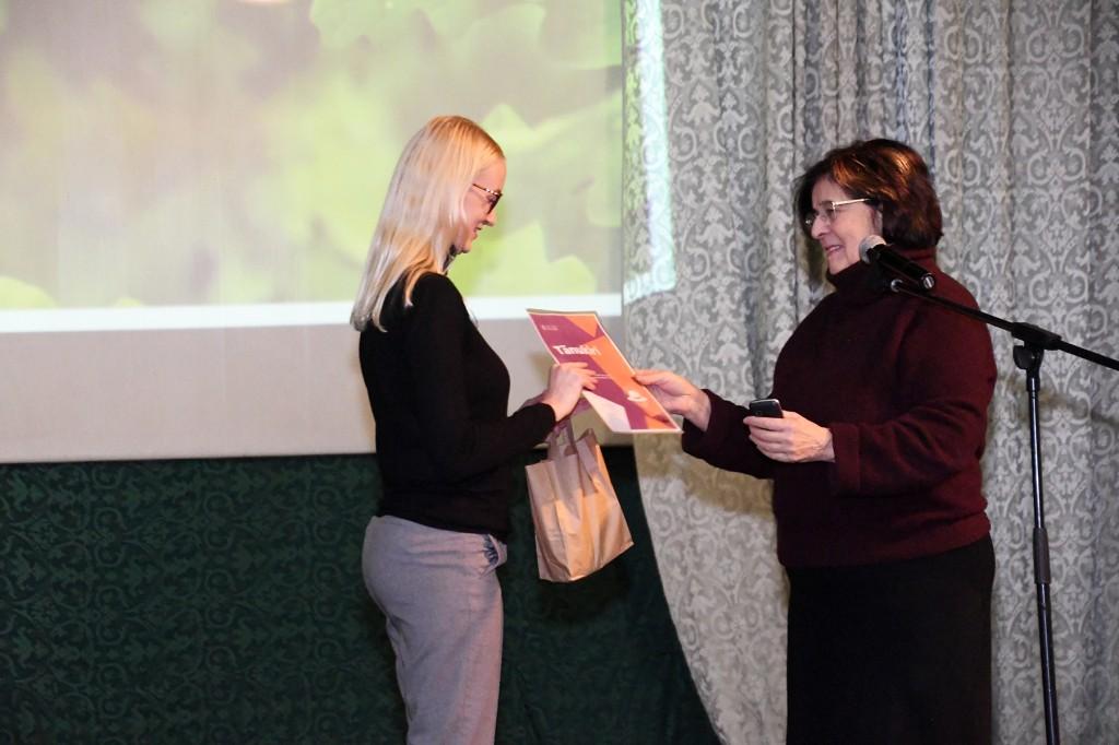 Mari Suurväli tänab Kati Voometsa kasuliku ettekande eest. Foto Urmas Saard