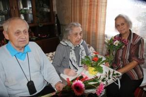 Täna 106aastaseks saanud Maria Kolk koos tütre ja väimehega. Fotod: Marianne Mett