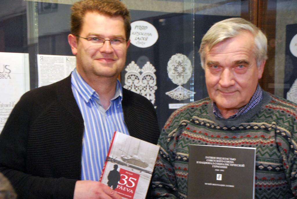 Marko Šorin ja Lembit Roosimäe räägivad Sindi muuseumis toimuval ajalooklubi kogunemisel 1956 a Ungari ülestõusust Foto Urmas Saard