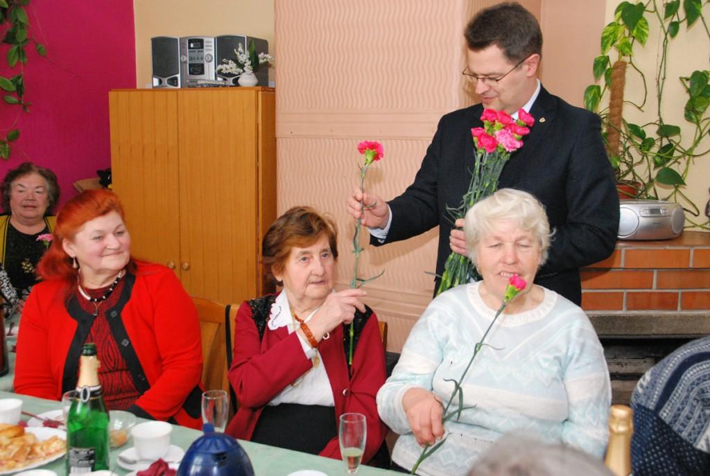 Marko Šorin kingib Sindi naispensionäridele naistepäevaks nelgiõie Foto Urmas Saard
