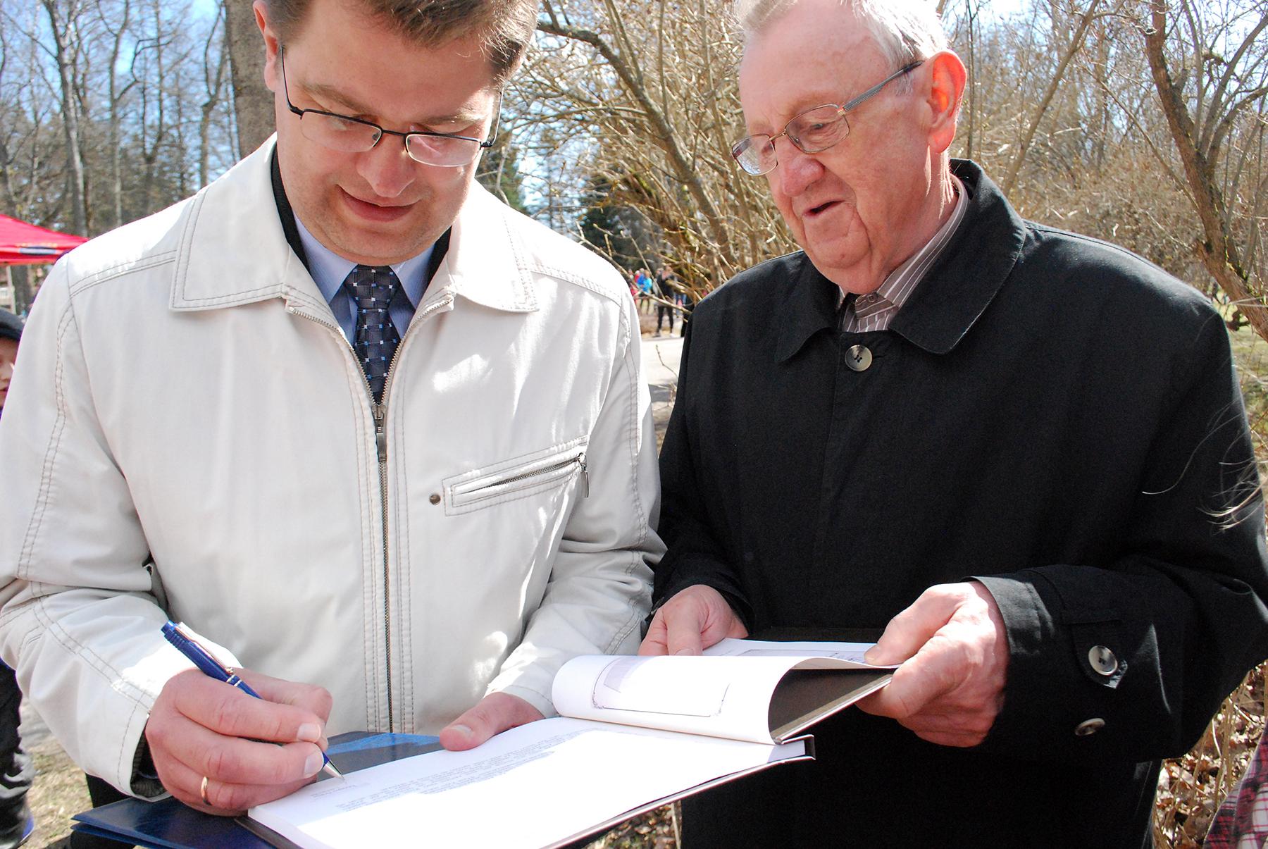 Marko Šorin kirjutab raamatusse Sindi elu piltides autogrammi. Foto: Urmas Saard