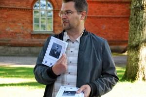 Marko Šorin tutvustab Euroopa muinsuskaitsepäevade raames huvilistele Sindi tööstuspärandit ja kõneleb muust linna ajalooga  seonduvast Foto Urmas Saard