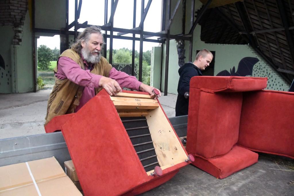 Mart Tõnismäe ja Mirko Reiman möbleerivad Sindi laululava alust Foto Urmas Saard