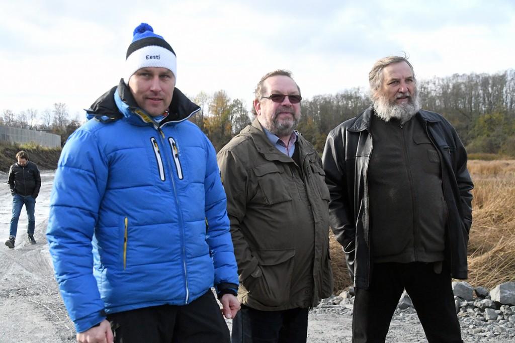 Mart Tõnismäe (paremal) koos viimase Sindi linnapea Rein Ariko ja Pärnu linnavolikogu esimehe Andres Metsojaga Sindi paisu lammutamist vaatamas Foto Urmas Saard