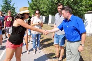Mati Sutt tervitab Lätist saabunuid möödunud aasta suvises Pärnus Foto Urmas Saard