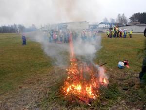 Meenutus aastast 2014, kui jaanuarikuisel muruvaibal põletati Paikuse alevirahva jõulupuid Foto Urmas Saard