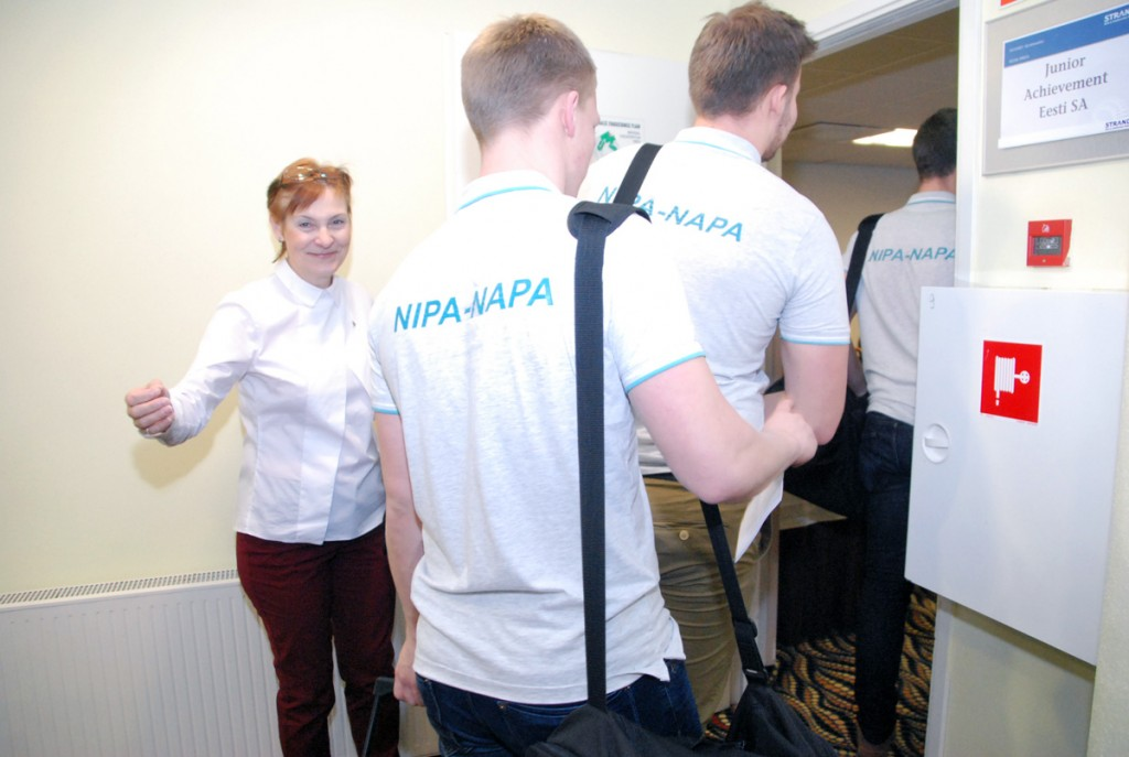 Merike Elmik juhatab õpilased töötuppa, kus Büroomaailma ostujuht Margus Ross räägib aktiivsest müügist Foto Urmas Saard