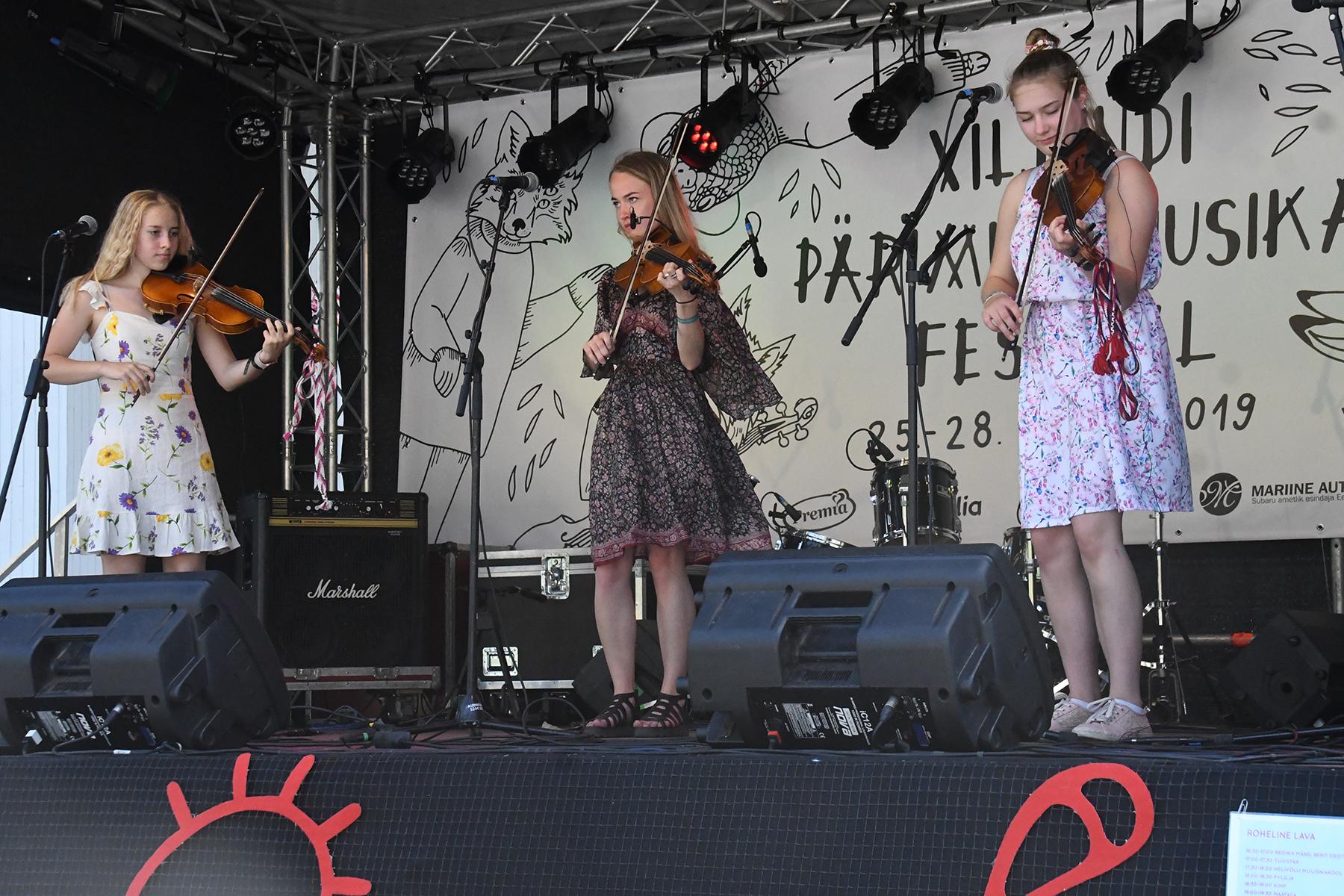Merili Eenraid, Regina Mänd, Berit Eriste Viljandi folgi Rohelisel laval. Foto Urmas Saard