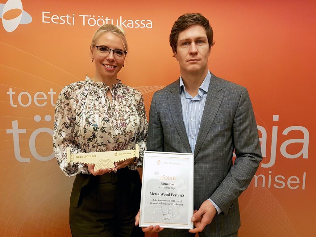 Metsä Woodi Pärnu tehase personalijuht Merite Liidemaa-Pärn ja tehasejuht Kaarel Tali Töötukassa tänukirja ja meenega